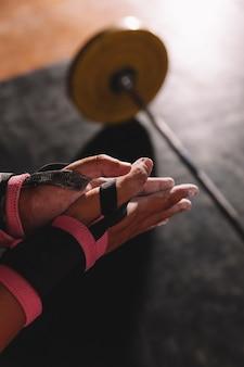 Conceito de fitness com as mãos da mulher na academia