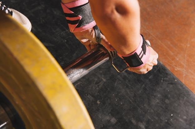 Conceito de fitness com barra e mãos