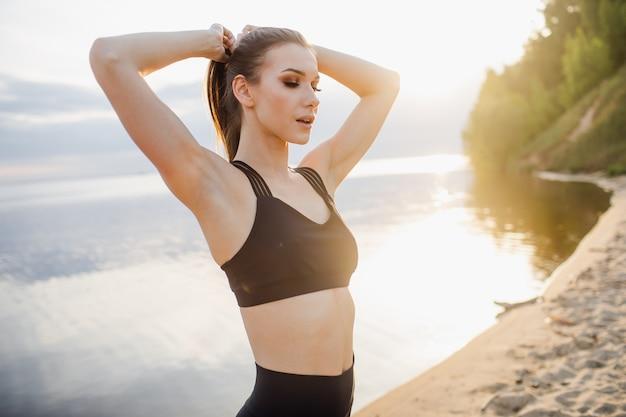 Conceito de fitness e estilo de vida - uma mulher pratica esportes ao ar livre. foto de alta qualidade