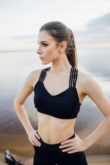Conceito de fitness e estilo de vida - uma mulher pratica esportes ao ar livre