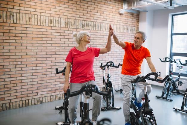 Conceito de fitness e trabalho em equipe com casal de idosos