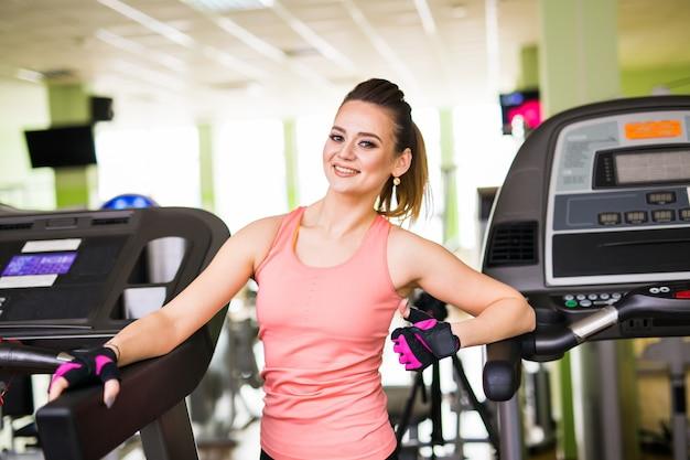Conceito de fitness, esporte e pessoas - retrato de mulher jovem fitness no ginásio