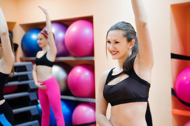 Conceito de fitness, treinamento, ginástica, aeróbica e pessoas.