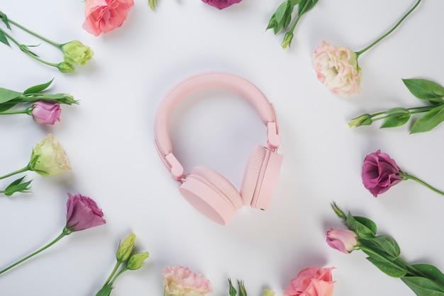 Conceito de flores encantadoras com fones de ouvido