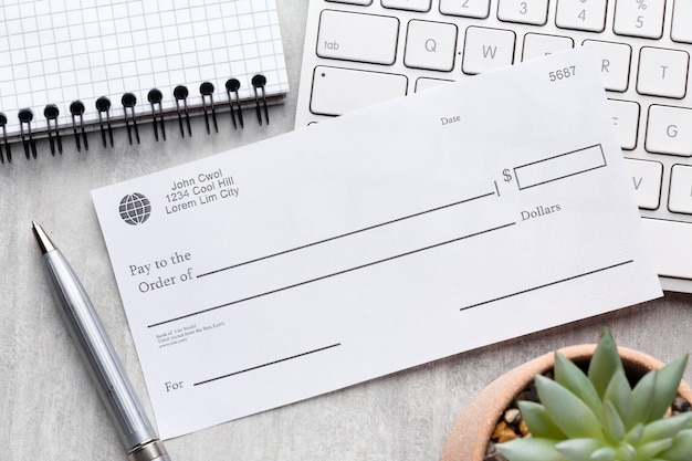Conceito de folha de pagamento de vista superior com cheque em branco