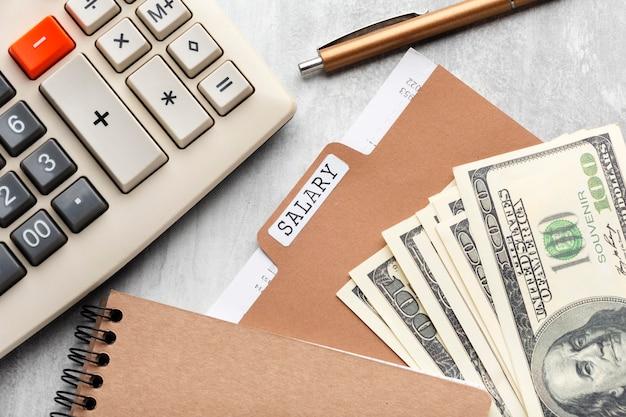 Conceito de folha de pagamento de vista superior com dinheiro