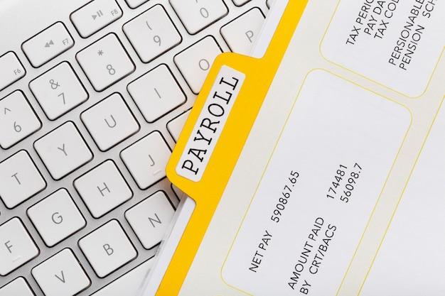 Conceito de folha de pagamento de vista superior com teclado