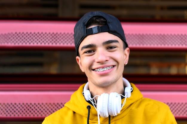 Conceito de fones de ouvido para pessoa ouvindo música
