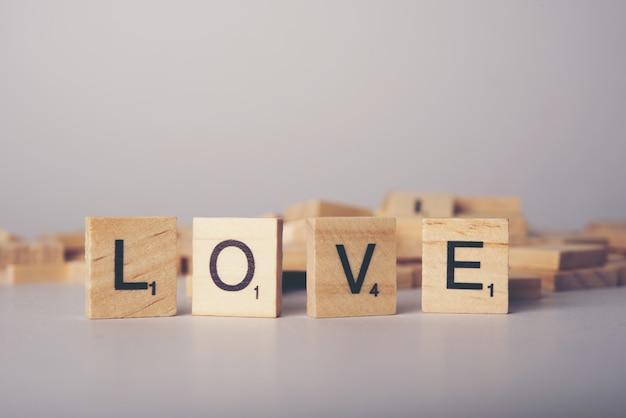 Conceito de fonte de telha de madeira de amor