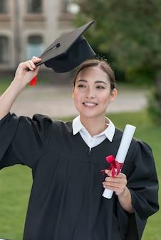 Conceito de formatura com retrato de menina feliz