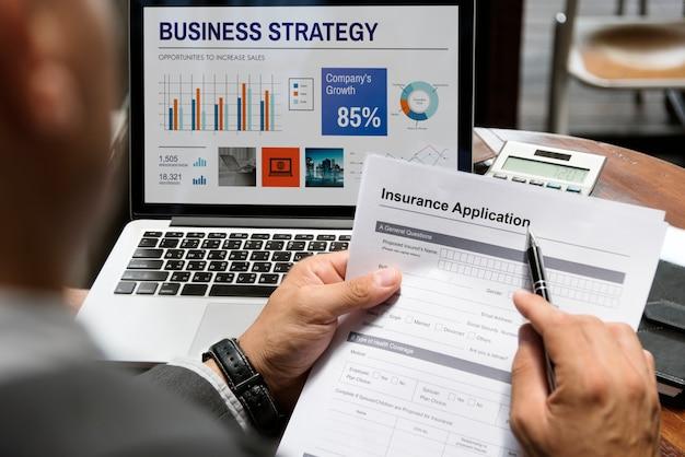 Conceito de formulário de pedido de seguro de homem de negócios
