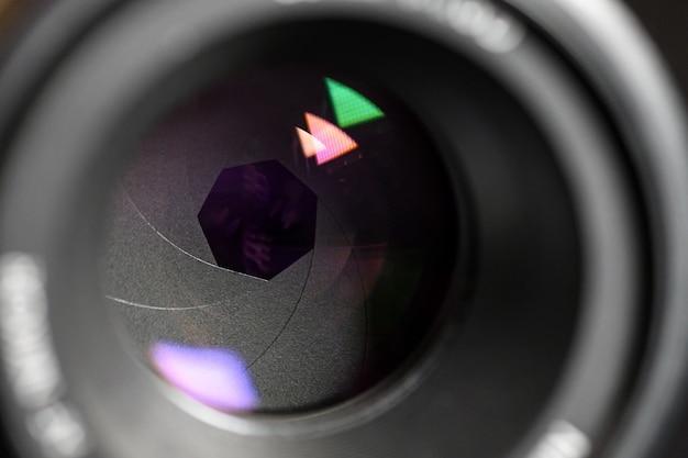 Conceito de fotografia. feche acima, diafragma de uma lente de câmera. foco seletivo com profundidade de campo rasa.