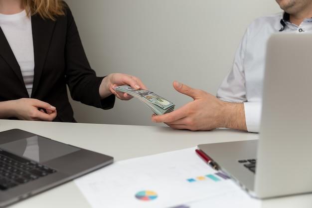 Conceito de fraude e suborno. ilegal doação de dinheiro no escritório.