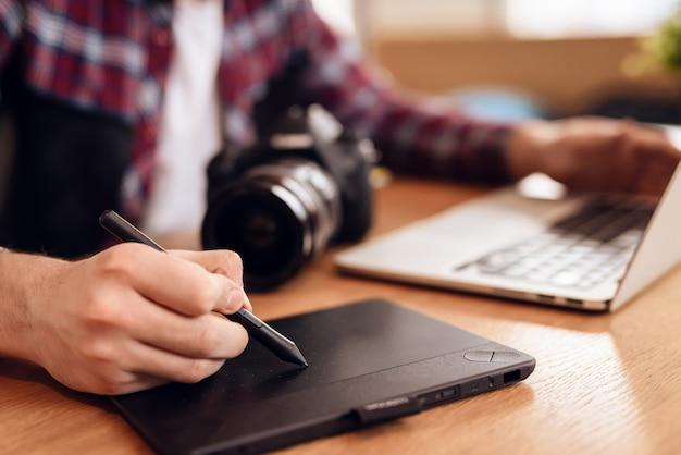 Conceito de freelancer. closeup de mãos masculinas trabalhando
