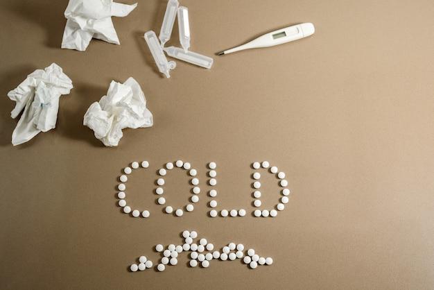 Conceito de frio e tratamento com medicamentos, lenços de papel sujos de muco