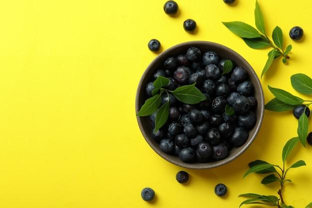 Conceito de fruta fresca com mirtilo na superfície amarela
