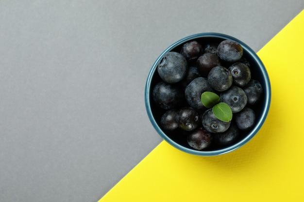 Conceito de frutas frescas com mirtilo em uma superfície de dois tons