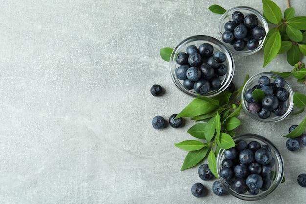 Conceito de frutas frescas com mirtilo na mesa cinza