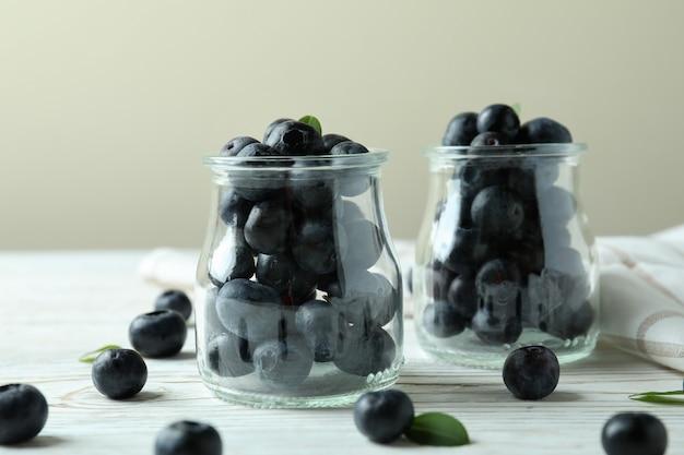Conceito de frutas frescas com mirtilo na mesa de madeira branca