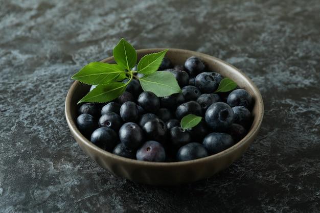 Conceito de frutas frescas com mirtilo na mesa preta esfumada