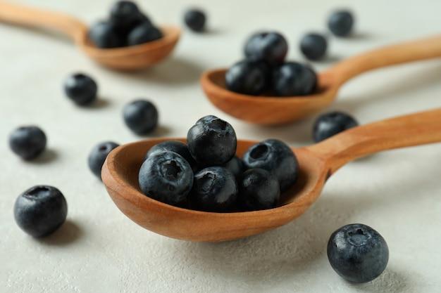 Conceito de frutas frescas com mirtilo na mesa texturizada branca