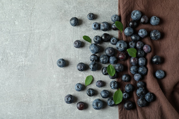 Conceito de frutas frescas com mirtilo na mesa texturizada cinza
