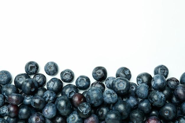Conceito de frutas frescas com mirtilo na superfície branca