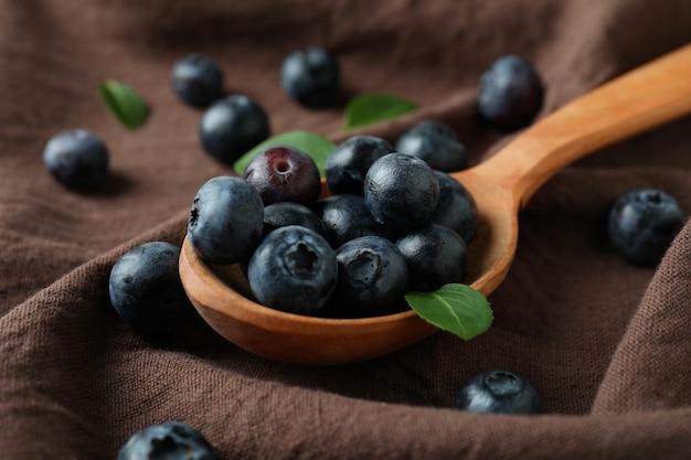 Conceito de frutas frescas com mirtilo na superfície da toalha de cozinha
