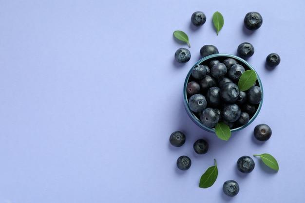 Conceito de frutas frescas com mirtilo na superfície violeta