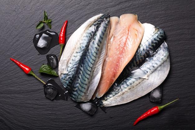 Conceito de frutos do mar filé de peixe fresco em ardósia preta com espaço de cópia