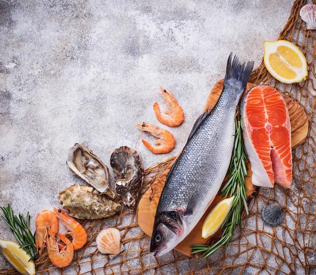 Conceito de frutos do mar. peixe, camarão e ostras.