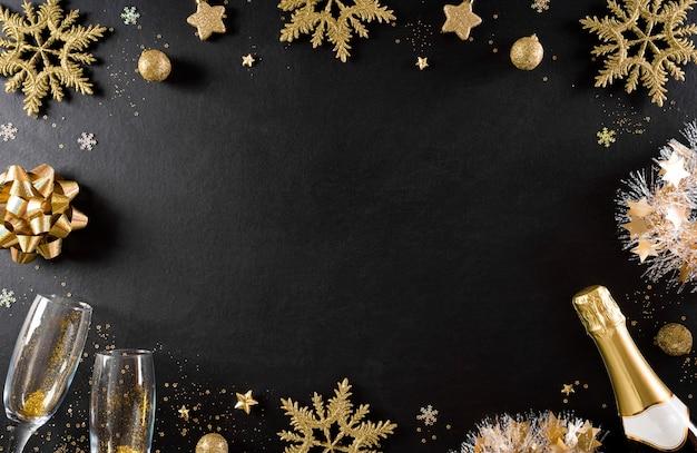 Conceito de fundo de feriados de ano novo feito de champanhe, taças, estrelas, flocos de neve