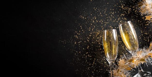 Conceito de fundo de feriados de ano novo feito de taças de champanhe com glitter dourado