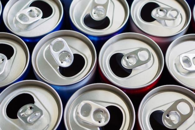 Conceito de fundo de reciclagem de latas de bebida de alumínio vazias