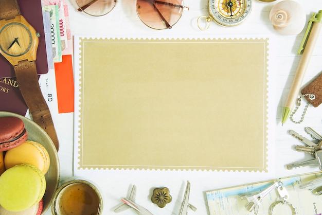 Conceito de fundo de viagens de papel marrom de espaço livre colocado na mesa com acessórios