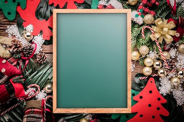Conceito de fundo festivo com artigos de decoração de natal no fundo de madeira