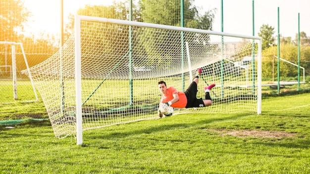 Conceito de futebol amador com goleiro