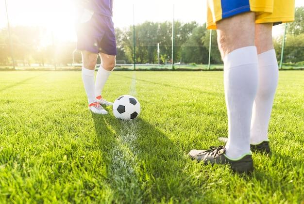 Conceito de futebol amador com pernas de jogadores