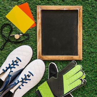 Conceito de futebol com ardósia e elementos