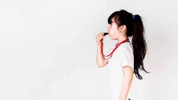 Conceito de futebol com garota usando apito e copyspace