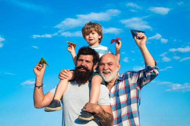 Conceito de geração, homens felizes, amando a família, família feliz, masculino, multi-geração, retrato, pai e filho
