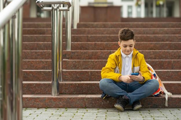 Conceito de geração moderna viciado em gadgets