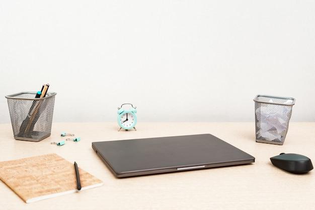 Conceito de gerenciamento de espaço e tempo de trabalho. início dos freelancers dia útil. trabalhe em casa em quarentena. monitoramento de laptop e tempo, oito horas da manhã.