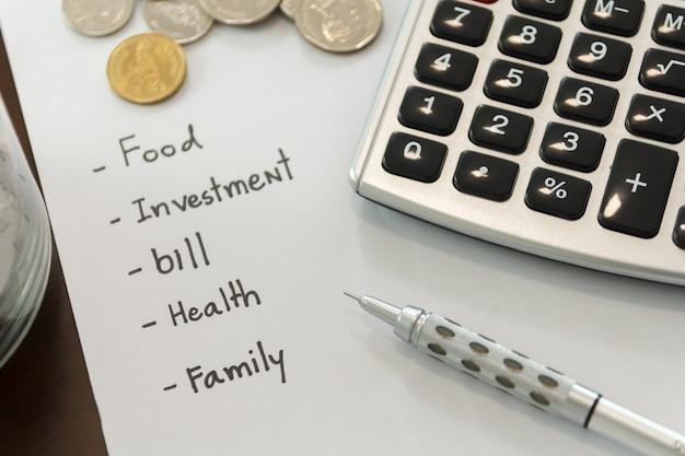 Conceito de gestão de dinheiro. feche a calculadora para calcular os orçamentos.