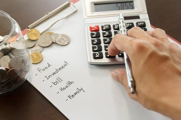Conceito de gestão de dinheiro. mão homem usa calculadora para calcular os orçamentos.