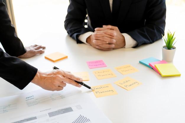 Conceito de gestão de patrimônio, homem de negócios e equipe analisando o demonstrativo financeiro para o planejamento