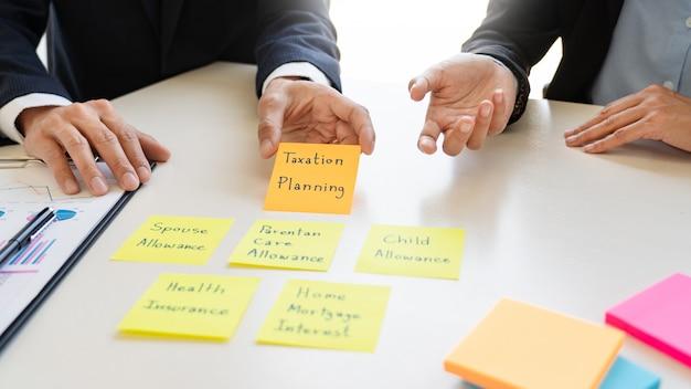 Conceito de gestão de riqueza, homem de negócios e equipe analisando o balanço financeiro para o planejamento de caso de cliente financeiro no escritório.