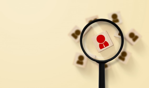 Conceito de gestão e recrutamento de recursos humanos. a lupa está procurando o ícone humano na parte superior