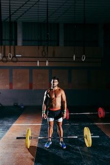 Conceito de ginásio com homem parado