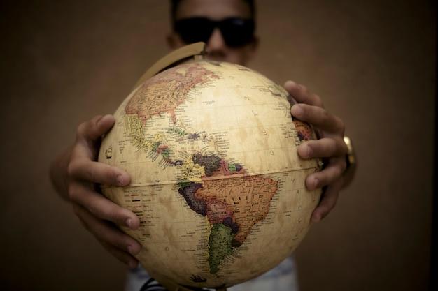 Conceito de globo mundial e pessoas protegendo ou segurando-o